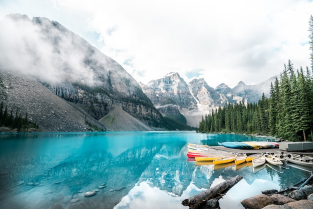 Lago moraine bonito no parque nacional de banff, alberta, canadá