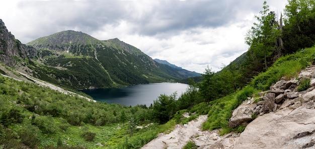 Lago morskie oko das pequenas montanhas. parque nacional tatra, polônia.