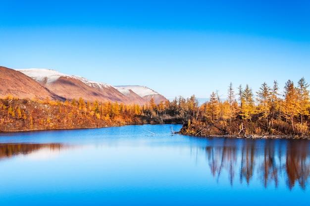 Lago mountain na tundra, outono profundo na península de taimyr perto de norilsk.