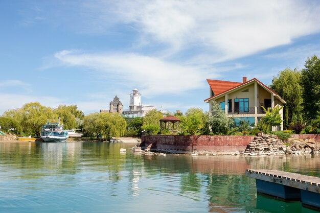 Lago na área de recreação com belos hotéis e casas