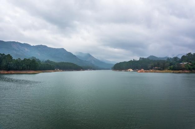 Lago na montanha kundale com céu nublado em munnar, kerala, índia