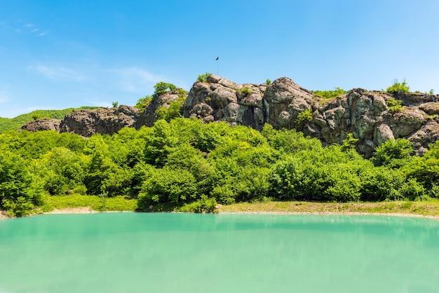 Lago na paisagem das montanhas