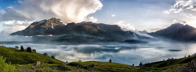 Lago nas montanhas altas com reflexo das montanhas no lago.