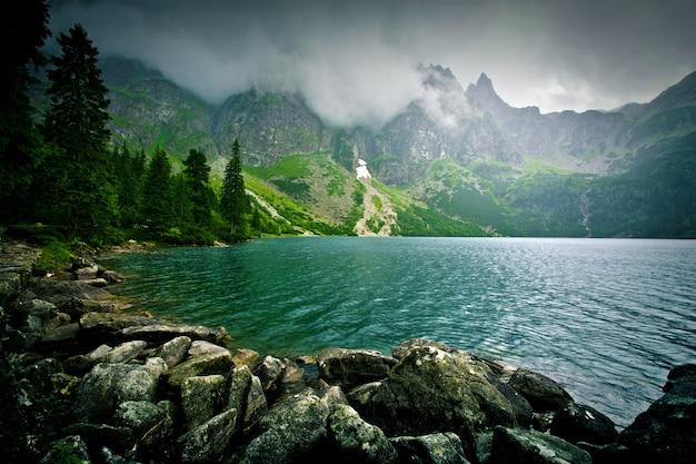 Lago nas montanhas.