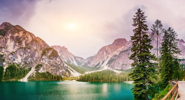 Lago nas montanhas