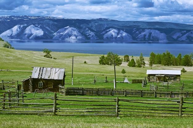 Lago natural de baikal com montanha