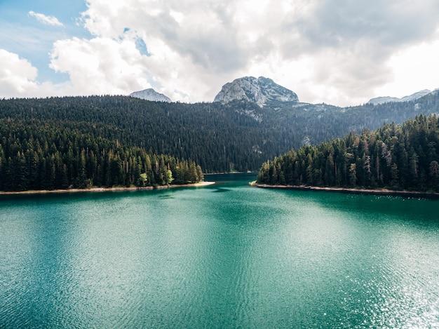 Lago negro em montenegro no parque nacional durmitor em zabljak