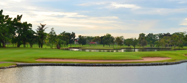Lago no belo campo de golfe