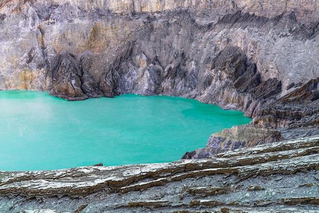 Lago no meio de uma paisagem rochosa
