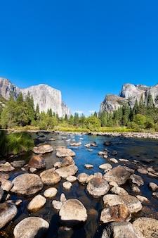 Lago no parque nacional de yosemite na califórnia, eua