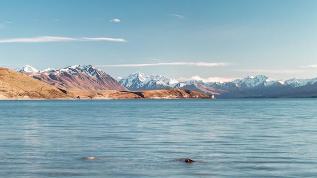 Lago ondulado cercado por montanhas