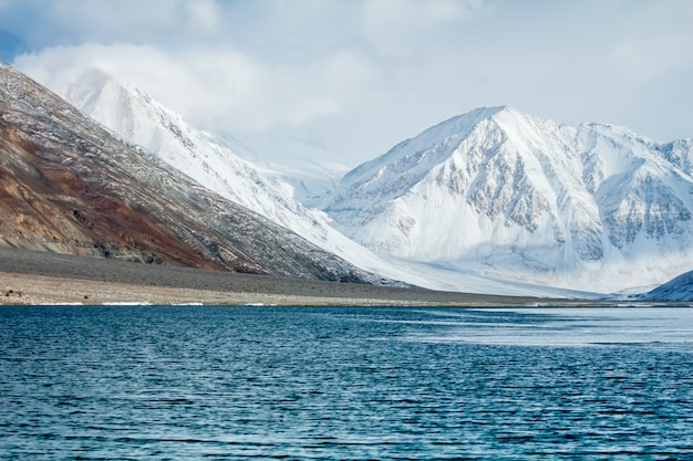 Lago pangong ou pangong tso e montanhas de neve em leh ladakh, índia