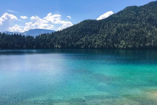 Lago panorâmico de montanha na região do tirol, na áustria