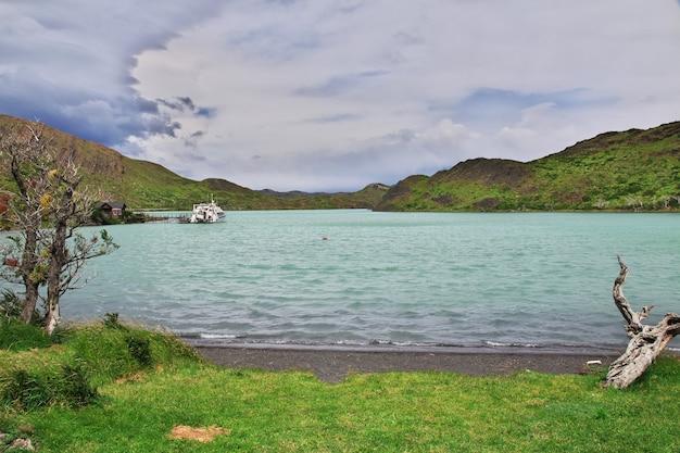 Lago pehoe no parque nacional torres del paine, patagônia, chile