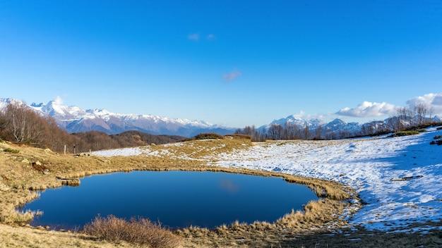 Lago pequeno da montanha, inverno em sochi, rússia.
