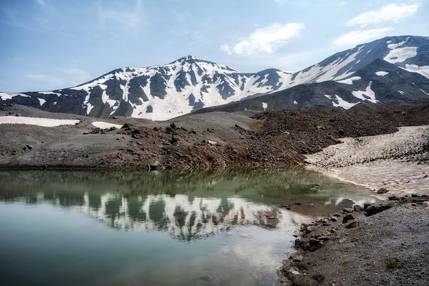 Lago pequeno da montanha nas montanhas de ural