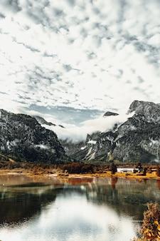 Lago perto de montanhas