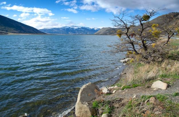 Lago perto de puerto natales, chile, com montanhas de neve
