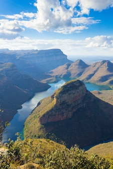Lago perto dos três rondavels, do blyde river canyon, na áfrica do sul. famoso ponto de referência. panorama africano