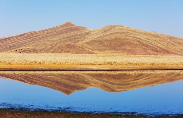Lago pitoresco nos andes peruanos