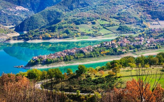 Lago pitoresco turano e aldeia colle di tora. província de rieti, itália