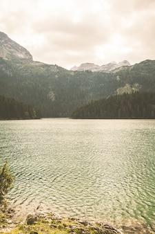 Lago preto em montenegro