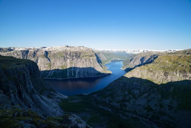 Lago ringedalsvatnet. vista do penhasco trolltunga. atração turística da noruega. manhã de sol