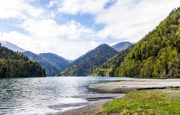 Lago ritsa na abkhazia no outono, vista para o lago com floresta de outono no fundo