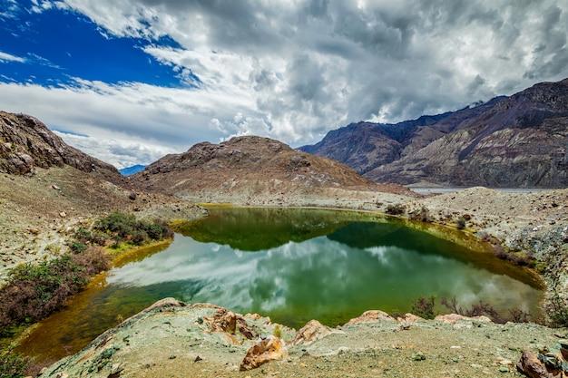 Lago sagrado lohan tso no himalaia