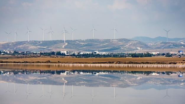 Lago salgado de larnaca com moinhos de vento no fundo chipre