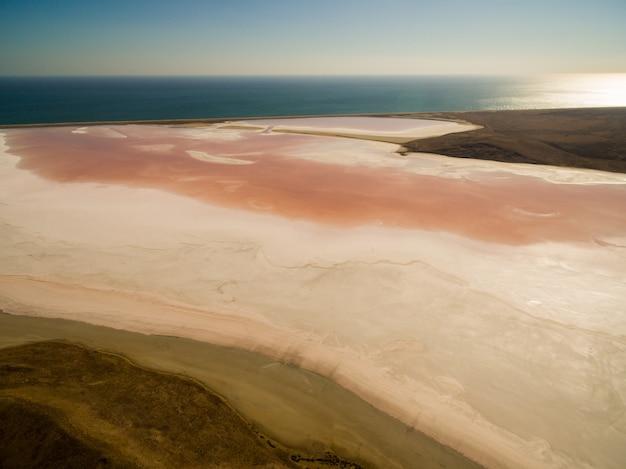 Lago salgado rosa na criméia