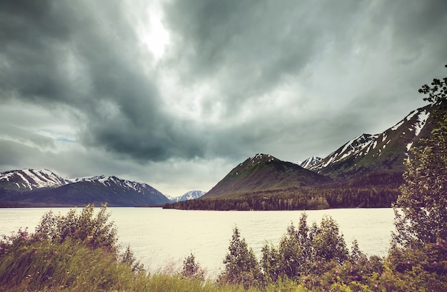 Lago serenity na tundra do alasca