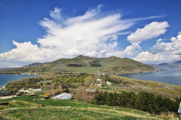 Lago sevan nas montanhas do cáucaso, armênia