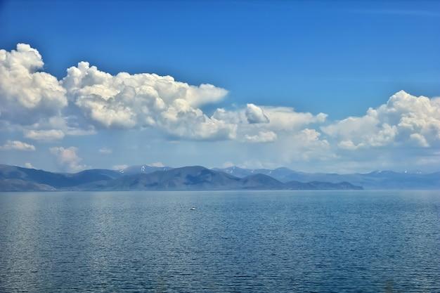 Lago sevan nas montanhas do cáucaso da armênia