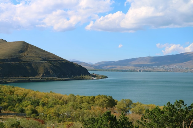 Lago sevan, o segundo maior lago de água doce do mundo, armênia