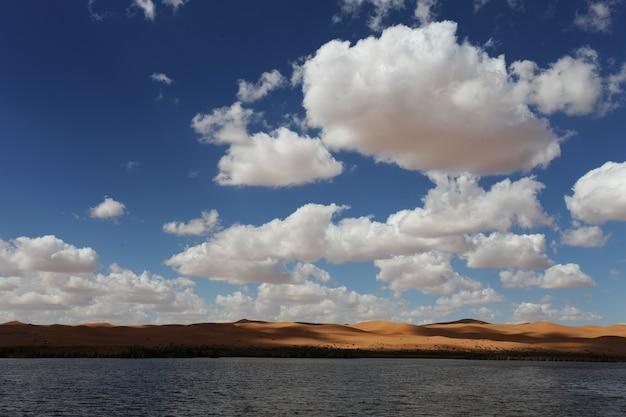 Lago sob o céu azul e nuvens brancas em xinjiang, china