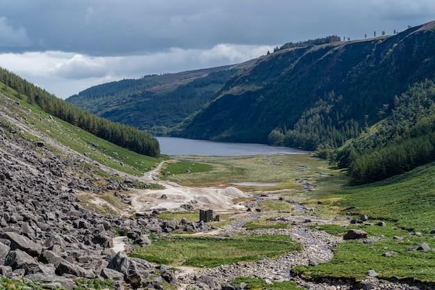 Lago superior de glendalough da maneira dos mineiros, vale de glenealo.
