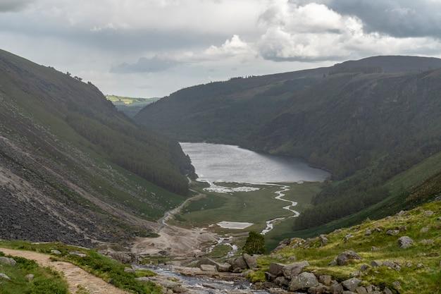 Lago superior glendalough em um dia chuvoso, vale de glenealo.