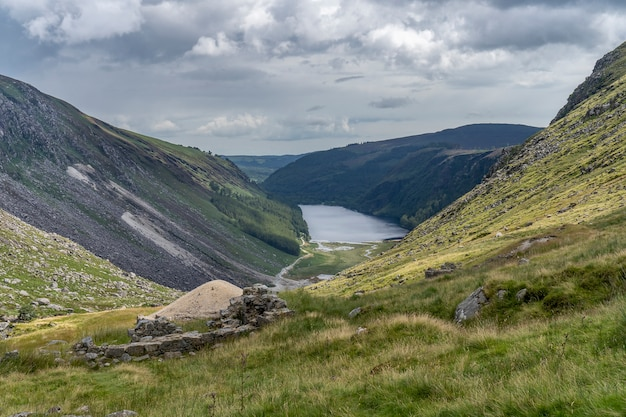 Lago superior glendalough, vale de glenealo, maneira de wicklow.