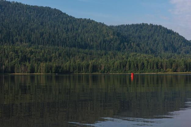 Lago teletskoye nas montanhas de altai