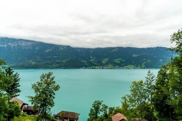 Lago thun com cidade de interlaken