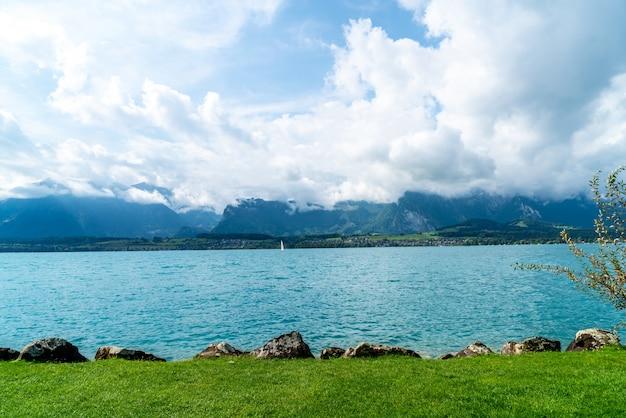 Lago thun com montanha na suíça