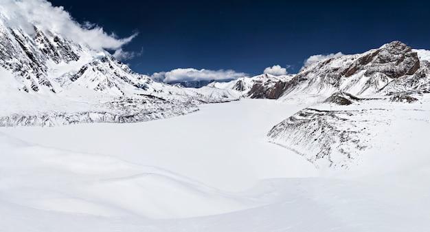 Lago tilicho e montanhas do himalaia