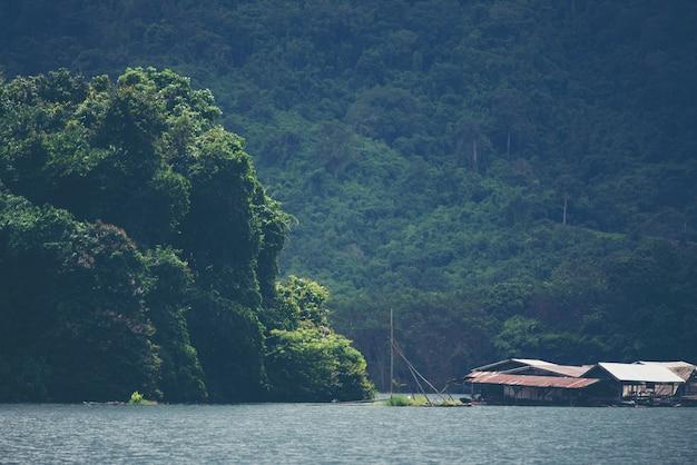 Lago tropical e montanha, vista da natureza