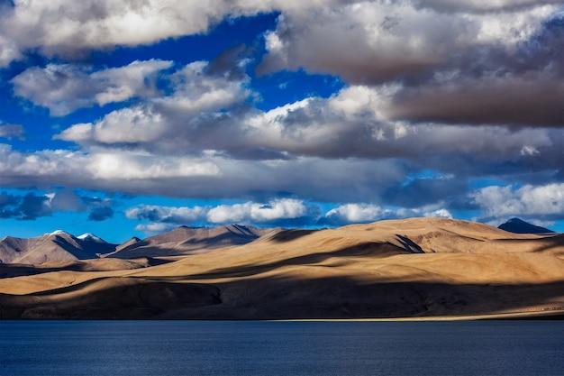 Lago tso moriri do himalaia no pôr do sol, korzok, ladakh, índia