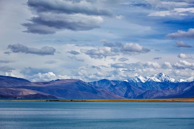 Lago tso moriri no himalaia. ladakh, índia