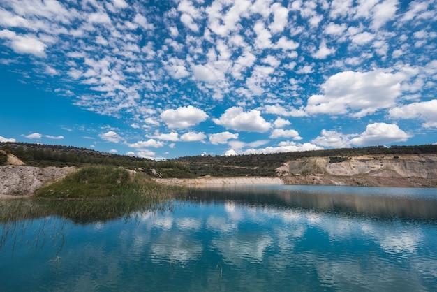 Lago turquesa em uma mina a céu aberto
