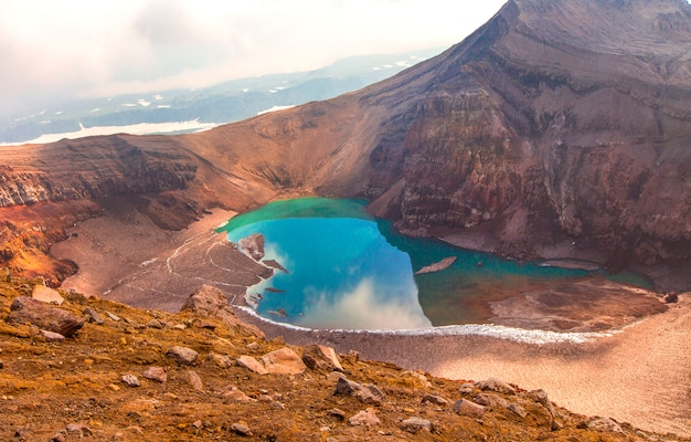 Lago verde na boca do vulcão gorely