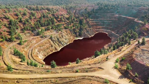 Lago vermelho ácido em mina a céu aberto da mina de cobre abandonada de kokkinopezoula em mitsero, chipre
