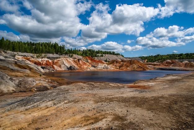 Lago vermelho, céu azul, belas nuvens paisagem como a superfície de um planeta marte